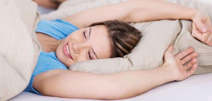 mulher se espreguiçando na cama
