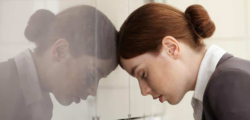mulher emocionalmente estressada
