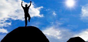 homem motivado em cima de montanha