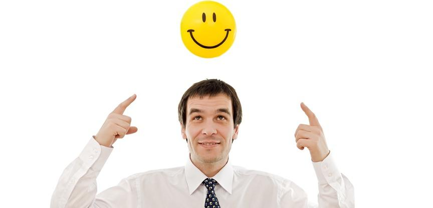 homem com uma imagem de sorriso em cima da cabeça