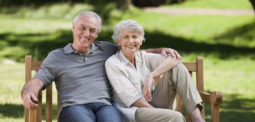 casal de idosos sorrindo no parque