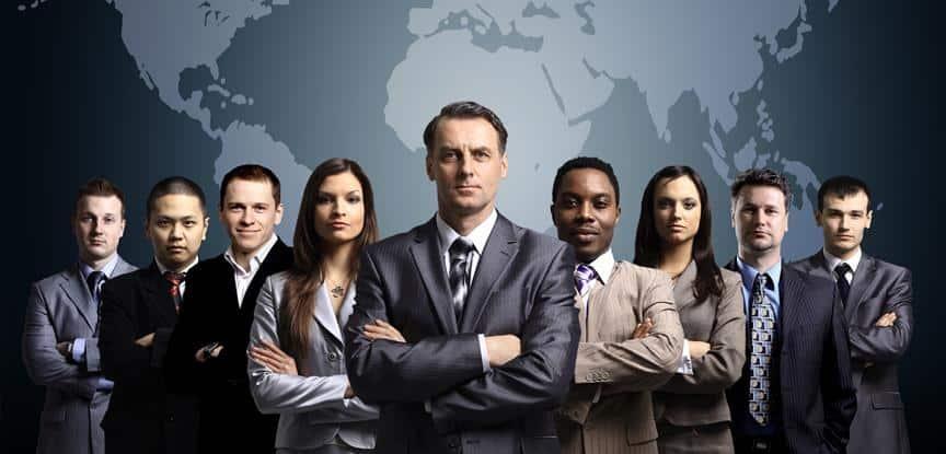 líderes em frente a desenho de mapa mundi