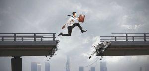 homem correndo sobre ponte e pulando buraco