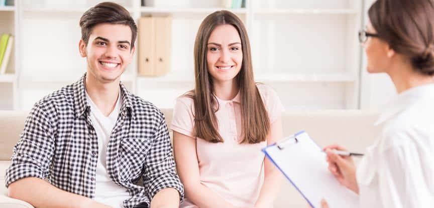 casal sorridente em sessão de terapia