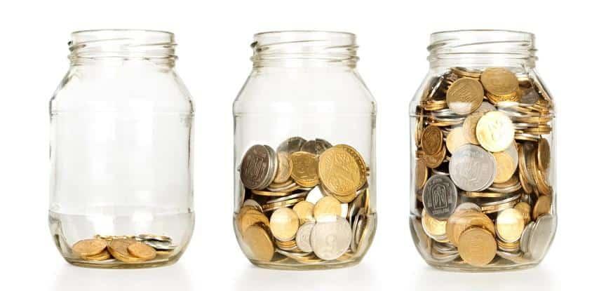 três potes com moedas