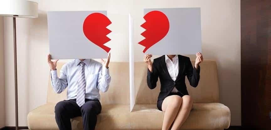 casal segurando metades de coração partido