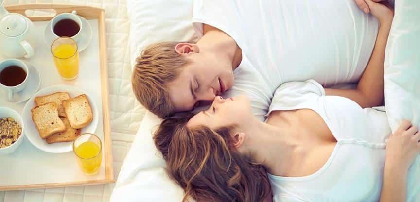 casal dormindo junto
