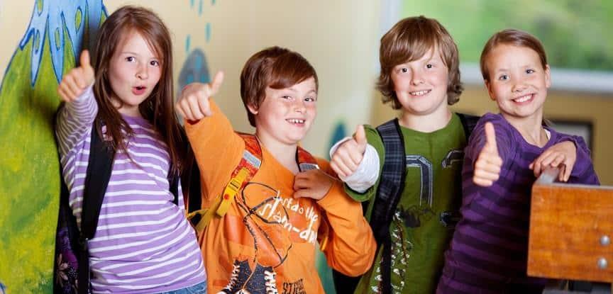 colegas de escola fazendo sinal de positivo