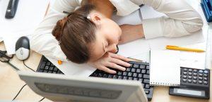 mulher dormindo em cima de computador