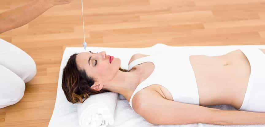 mulher deitada em sessão de hipnoterapia