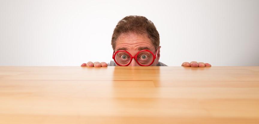 pessoa se escondendo atrás da mesa