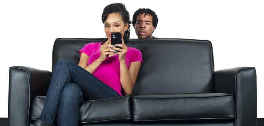 homem espiando celular da namorada