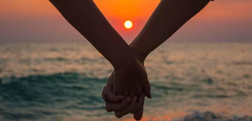 mãos dadas ao por do sol