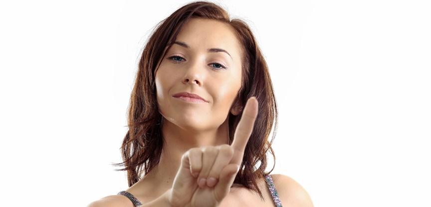 mulher fazendo sinal de não