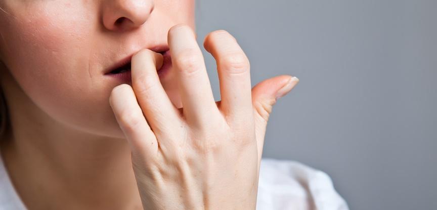 mulher roendo unhas