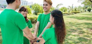 grupo de voluntários de mãos dadas