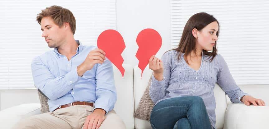 casal segurando partes de coração partido
