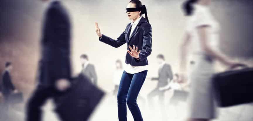 mulher com olhos vendados