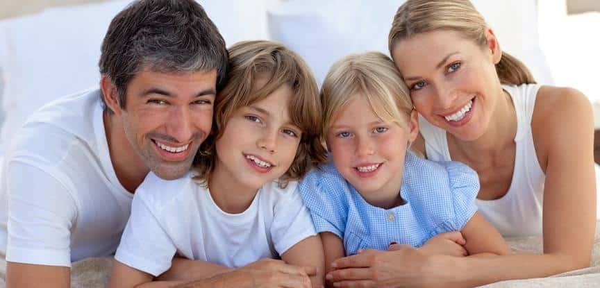 casal e filhos sorrindo