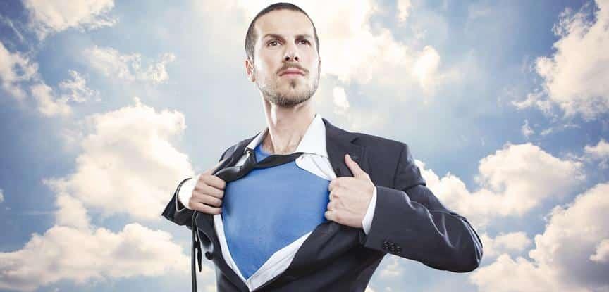 homem abrindo camisa como superheroi