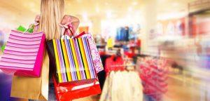 menina carregando pacotes de compras