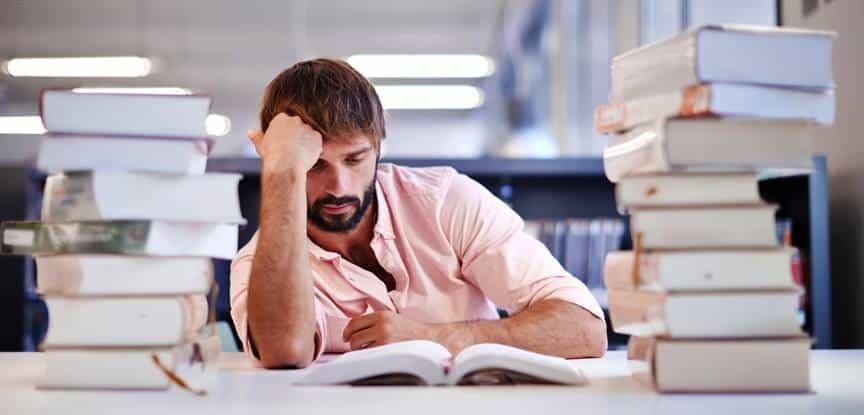 homem estudando desanimado