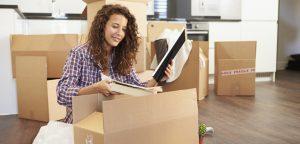 mulher desempacotando caixas de mudança