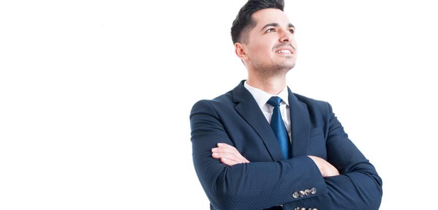 empresário olhando para frente