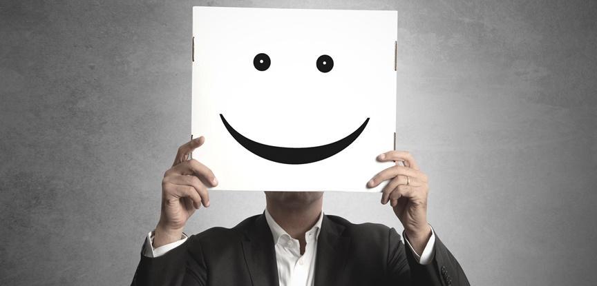 empresário segurando desenho de rosto feliz