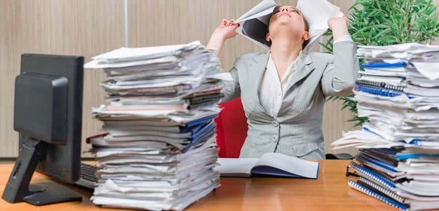 mulher estressada no trabalho