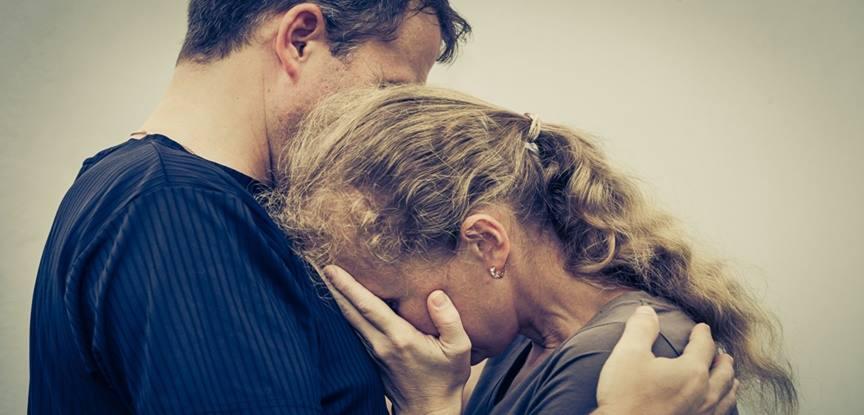 mulher triste abraçando homem