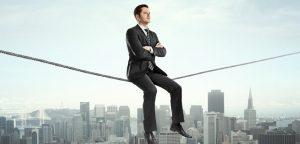 homem sentado em corda bamba