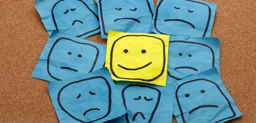 desenho de rosto feliz em meio a rostos tristes
