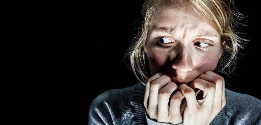 mulher com medo roendo as unhas