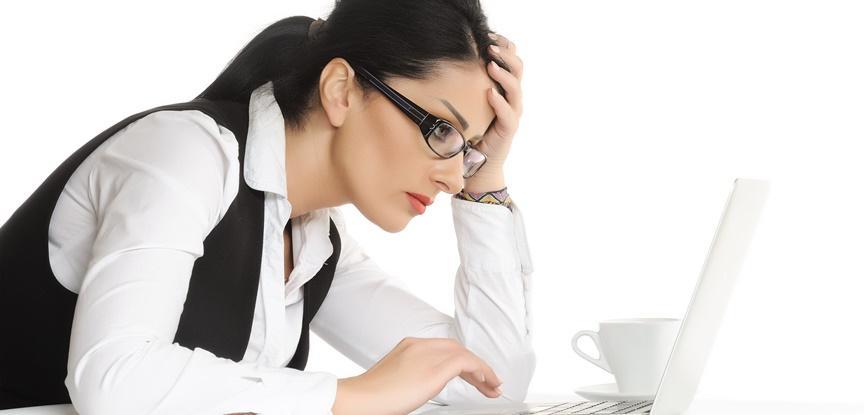 mulher desmotivada trabalhando