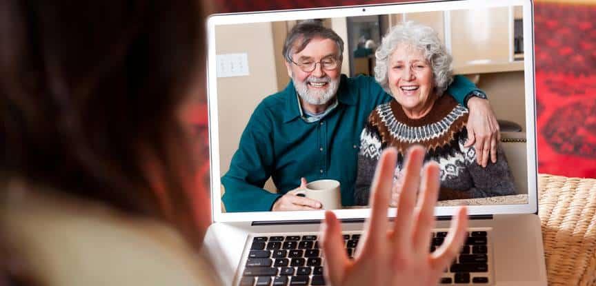 pessoa falando com os pais pelo computador