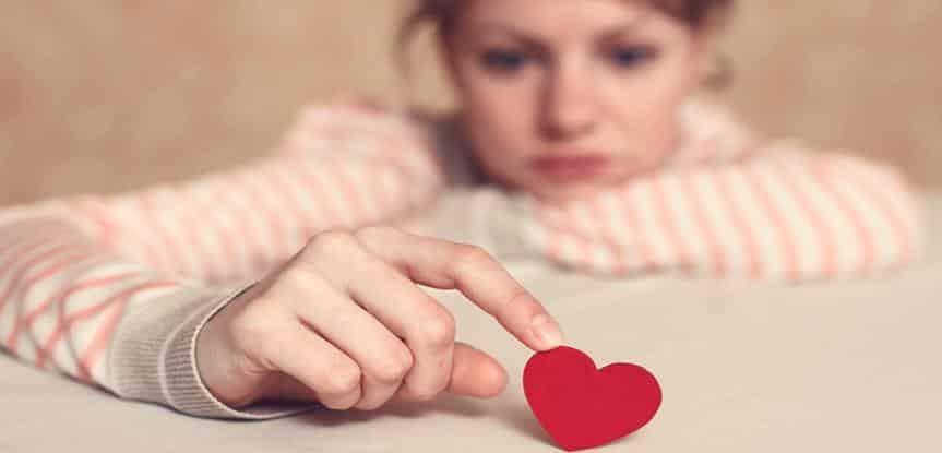mulher segurando coração