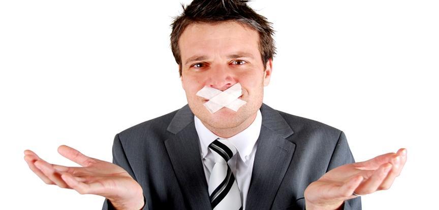 homem com a boca tampada