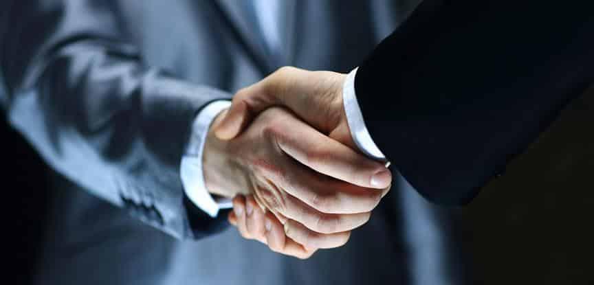 homens apertando as mãos