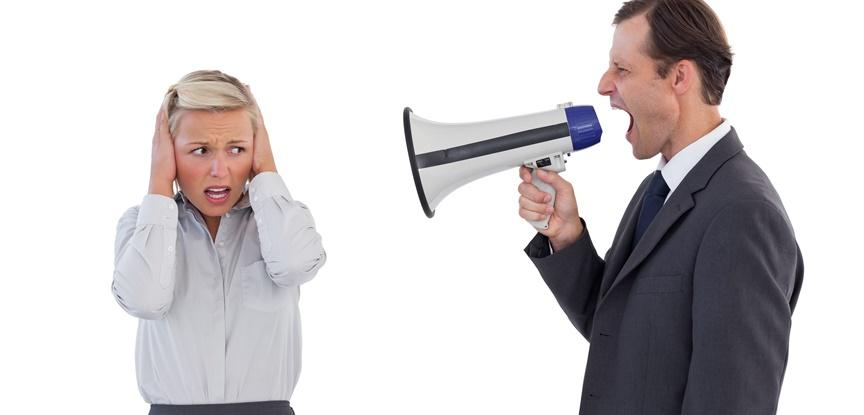 chefe gritando em ouvido de funcionária
