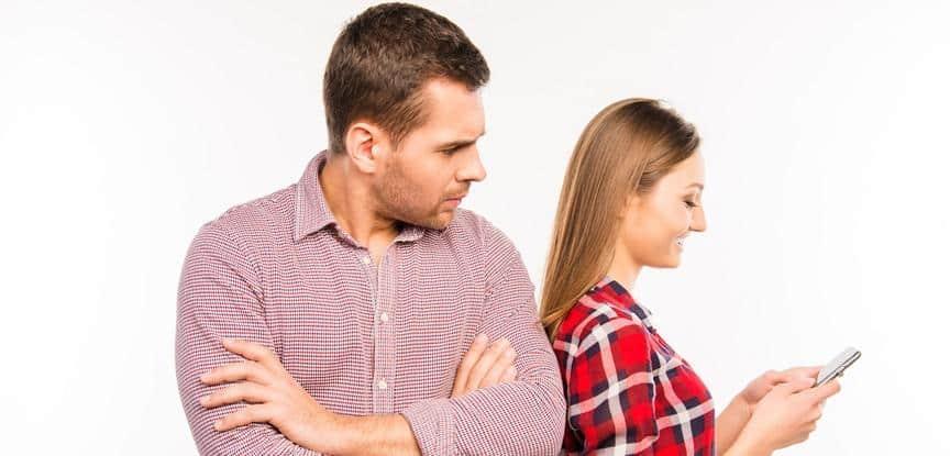 homem olhando mulher no celular