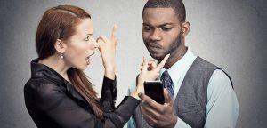 mulher chamando atenção do homem
