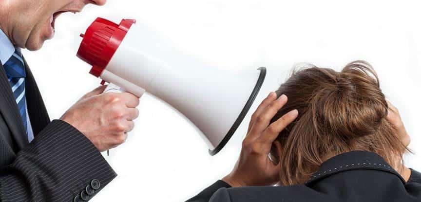 homem falando no mega fone no ouvido da mulher