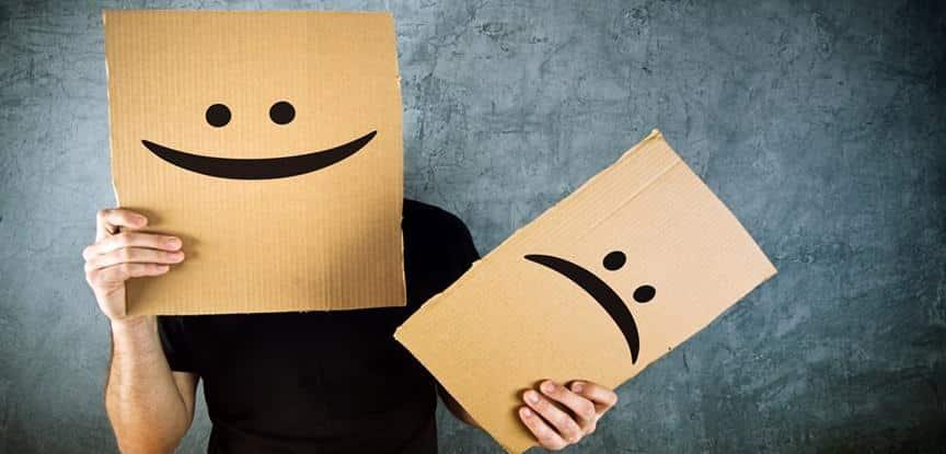 homem segurando placa de feliz e de triste