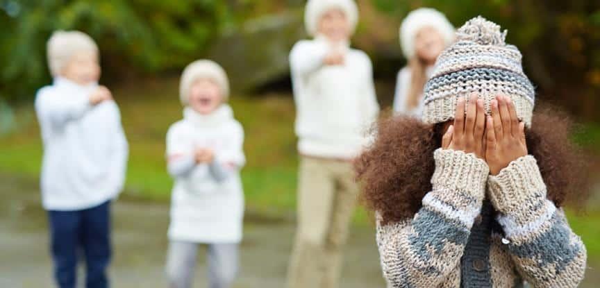 crianças rindo da menina