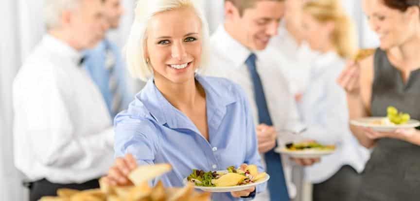 pessoas comendo na festa da empresa