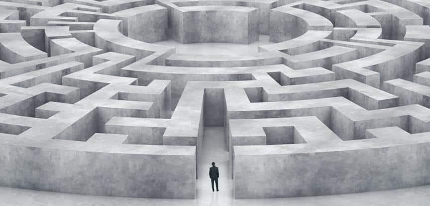 homem enfrente ao labirinto