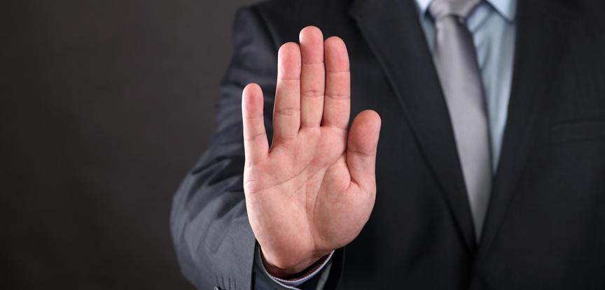 homem mostrando a palma da mão