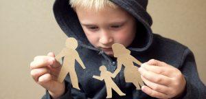 criança segurando imagem de papel rasgada