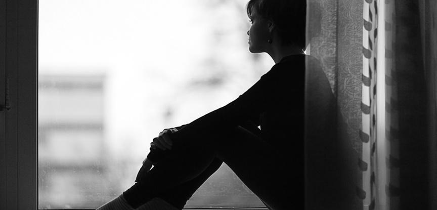pessoa triste olhando pela janela